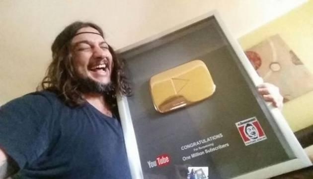 ¡'El Bananero' recibió premio de YouTube con este peculiar detalle!