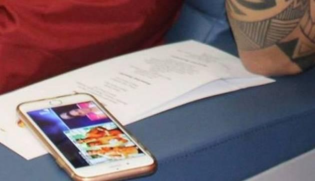 ¡Paolo Guerrero fue ampayado viendo esto en su celular!