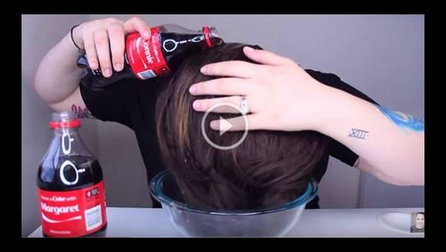 Se lavó el cabello con Coca-Cola y el efecto fue increíble