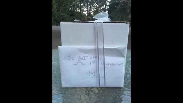 Esperaron 9 años para abrir regalo de bodas y esto fue lo que encontraron