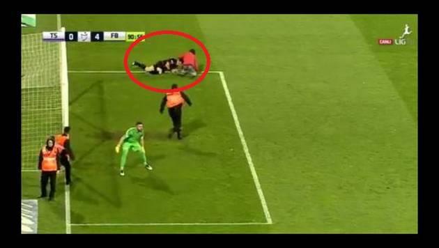 ¡Árbitro recibió brutal agresión de 'hincha' durante partido!