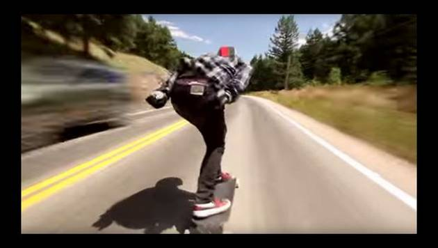 ¡Skater viaja por carretera a 110 km/h sin protección!