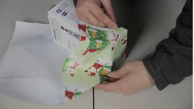 ¿Cómo envolver un regalo en 12 segundos? [VIDEO]