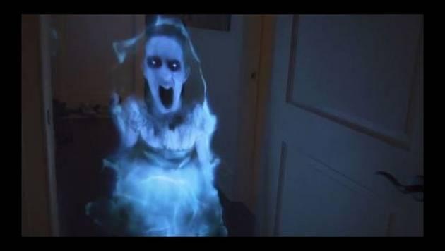 YouTube: Le juega broma con holograma de fantasma a su novia