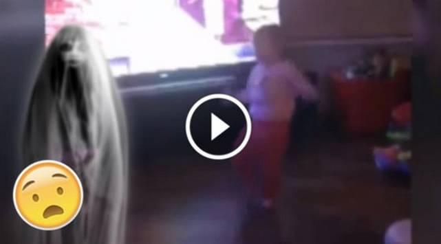 Padres creen que un fantasma empujó a su bebe