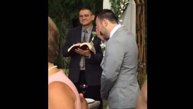 La manera en que este novio lloró en su boda lo volvió famoso en Facebook [VIDEO]