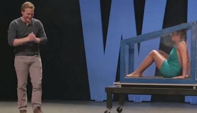Ilusionista dejó desnuda a mujer en pleno acto de magia ¡No creerás cómo termina el show!