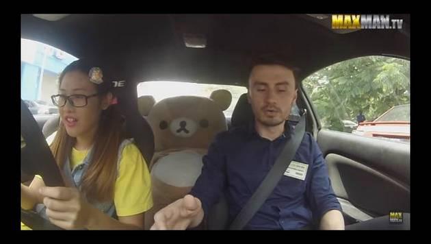 El video de YouTube de esta chica conduciendo se ha vuelto viral. ¿Adivinas por qué?