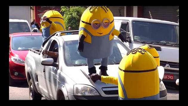 Minions hacen travesuras en calles de Brasil