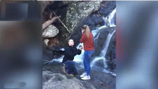 ¡Mira lo que le pasó a esta novia cuando le propusieron matrimonio! (VIDEO)