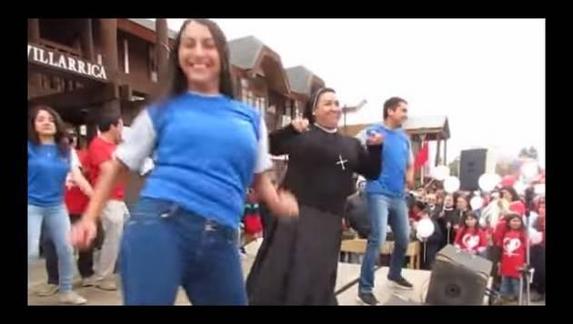 Monjita causa sensación en redes sociales bailando reggaetón