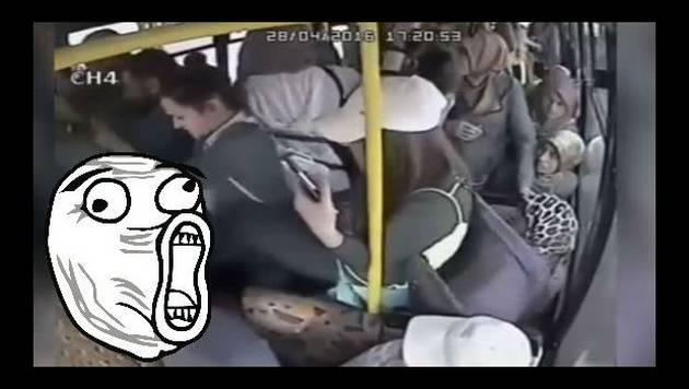 ¡Recibió una paliza por mostrar sus partes íntimas en un bus!