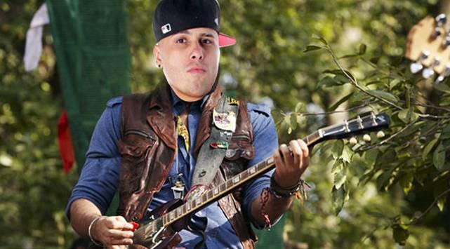 Nicky Jam imita a los rockeros