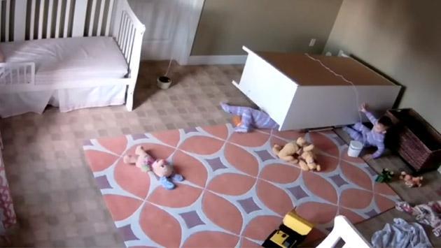 Niño de 2 años es viral de YouTube por salvar a su hermano al que le cayó un mueble encima [VIDEO]