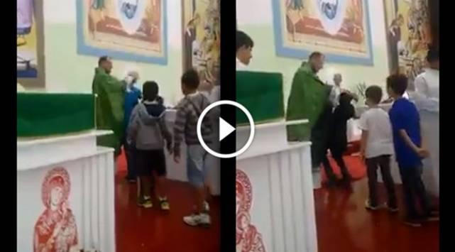 ¡Con golpes! ¿Te gustaría recibir la bendición de este sacerdote?