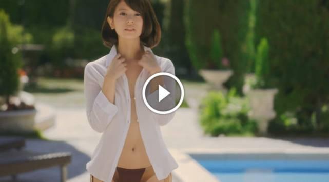 Sexy chica se quita la ropa en comercial y sorprendió con este final