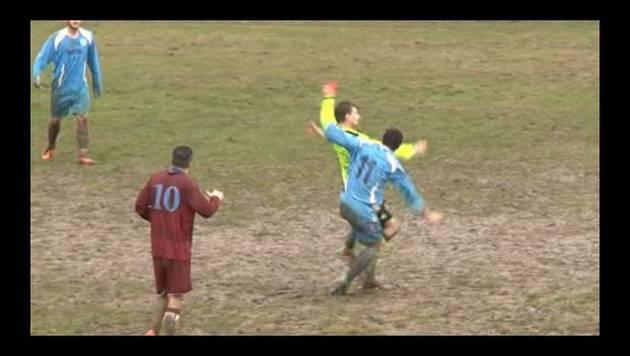 ¡No te imaginas cómo reaccionó este árbitro al recibir una patada inesperada!