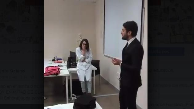 ¡Piden matrimonio a profesora en plena clase! [VIDEO]