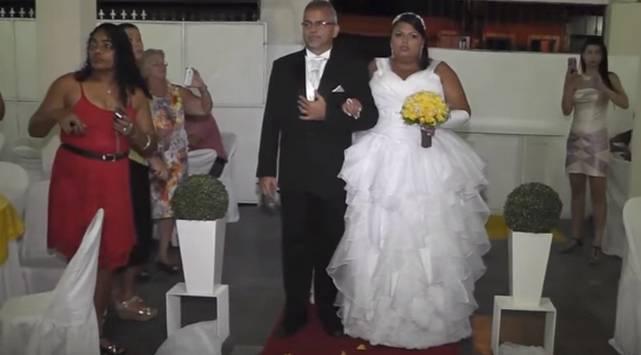 Dj bromeó a recién casados y video se convierte en viral