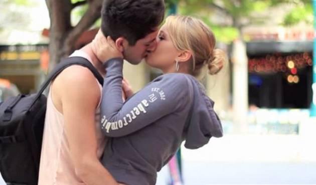 Broma para conseguir besos se vuelve viral en YouTube