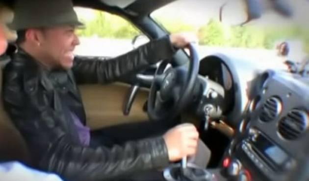 Prince Royce entra en pánico manejando un auto de carrera