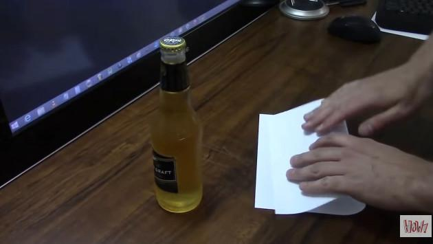 ¿Se puede destapar una botella con una hoja de papel? [VIDEO]
