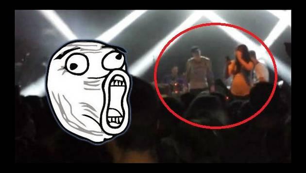 Quiso tomarse un selfie en el escenario y esto pasó