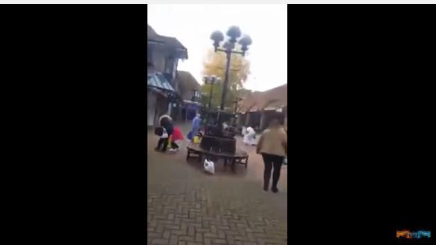 ¿Un hombre regalando dinero por Navidad? Mira este video