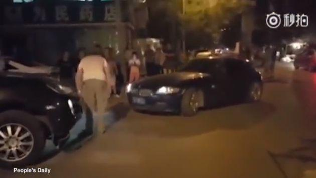 ¡Terrible! Luego de discutir, una mujer no tuvo reparos en atropellar a este hombre [VIDEO]