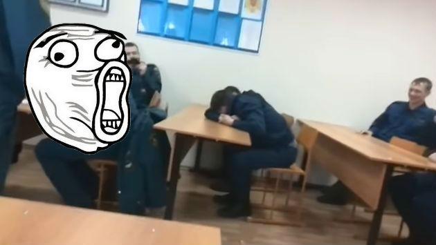 ¡Aspirante a bombero fue víctima de broma por quedarse dormido en clase!