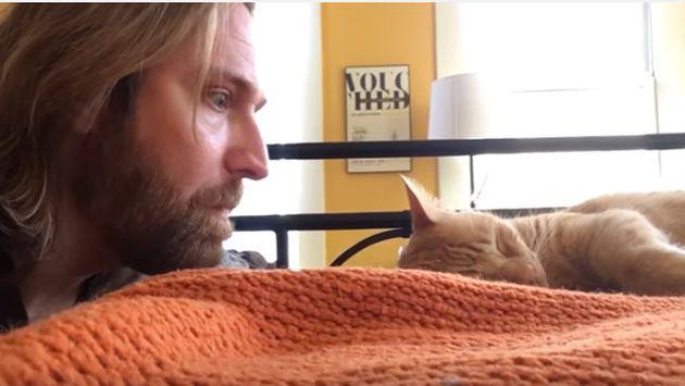 Su gato lo despertaba de madrugada, así que decidió vengarse [VIDEO]