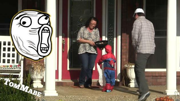 ¡Este hombre pidió dulces en Halloween con un 'niño falso'! ¿Cómo le fue?