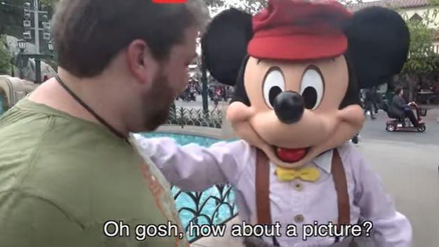 Así reaccionaron los 'personajes' de Disneyland con imitaciones de este visitante [VIDEO]