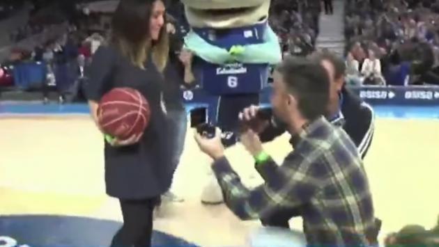 Joven pide matrimonio a su novia en partido de básquet, pero todo sale mal [VIDEO]