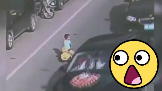¡Nooooooooo! Este niño fue captado manejando su auto de juguete en transitada pista