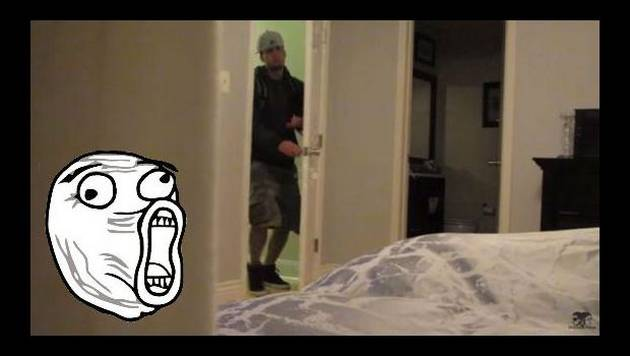 ¡Encontró a su mujer siéndole 'infiel' en su propia cama y así reaccionó!
