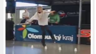 La particular forma de patinar de este adolescente te sorprenderá [VIDEO]
