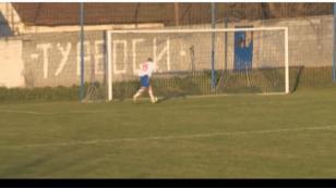 ¡Para qué te traje! Futbolista estaba a punto de meter gol, pero... [VIDEO]