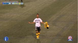 Futbolista le pidió matrimonio a su pareja en pleno partido, pero igual lo sancionaron [VIDEO]