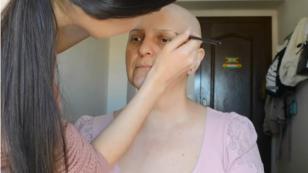 ¡Joven maquilló a su madre, quien padece de cáncer! Este fue el resultado [VIDEO]