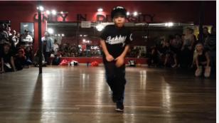 ¡Mira los sorprendentes pasos de este niño al bailar! (VIDEO)