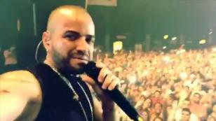 Nacho no esperaba recibir este premio a mitad de un concierto en Panamá [VIDEO]