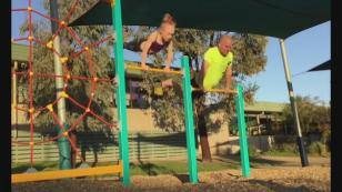 Por querer imitar a su hija gimnasta, eso le pasó [VIDEO]
