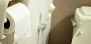 Si colocas papel higiénico en los inodoros públicos, estás cometiendo un terrible error