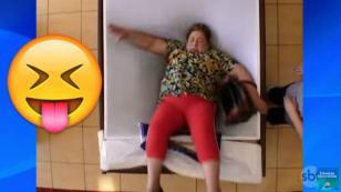 ¡No pararás de reír con la broma de la 'cama de agua'! [VIDEO]