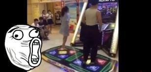 ¡Estaba tan concentrada en videojuego de baile que dejó caer su ropa interior!