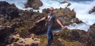 ¡Quiso sacarse la foto perfecta y terminó 'troleado' por el mar!