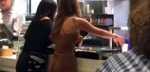 ¡Dos mujeres armaron una 'batalla campal' en local de comida rápida por...!
