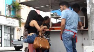 Lo rechazó por ser un vendedor de tacos y luego quedó en ridículo [VIDEO]