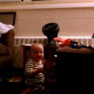 ¡Mira a este bebé emocionarse y bailar al abrir una tarjeta musical! (VIDEO)